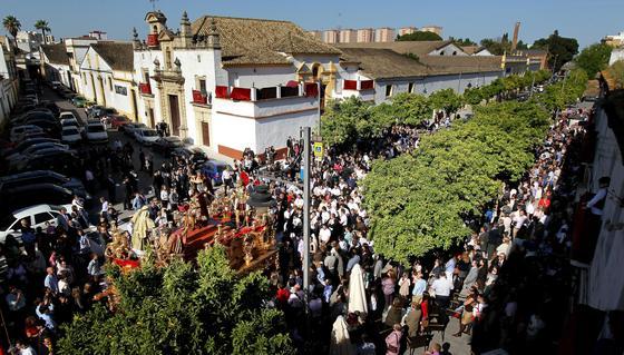 El misterio de La Coronación se encamina hacia el barrio de San Pedro tras salir de la Capilla de los Desamparados.  Foto: miguel ángel gonzález