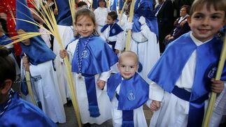 La viva imagen del Domingo de Ramos. Monaguillos y niños con palmas en el cortejo de la Borriquita.  Foto: Pascual