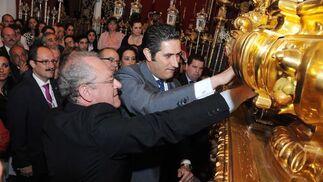 El pregonero, José Antonio Zarzana, llama a los costaleros del paso de misterio de la Coronación.  Foto: manuel aranda