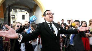 Martín Gómez dirige las evoluciones del paso de misterio durante la salida.  Foto: Pascual