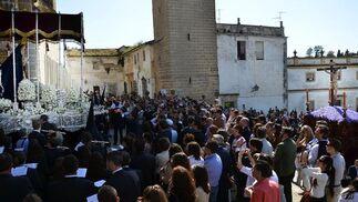 El palio de la Virgen del Perpetuo Socorro nada más salir de la Catedral de Jerez. A la derecha, El Perdón pone rumbo a calle Aire.  Foto: Manuel Aranda