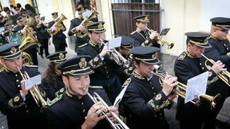Los músicos de la Banda del Santísimo Cristo la Caridad hacen sonar el cuerpo de viento tras el paso de misterio de La Coronación de Espinas.  Foto: miguel ángel gonzález
