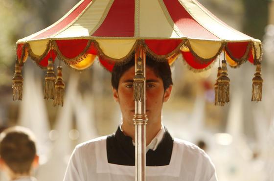 La hermandad del Transporte, por residir canónicamente en una basílica, la de La Merced, tiene el privilegio de llevar este atributo.  Foto: juan carlos toro