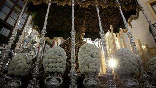 Un rayo de sol se cuela por entre el magnífico palio de la Virgen de la Paz en su Mayor Aflicción.  Foto: Miguel Ángel González