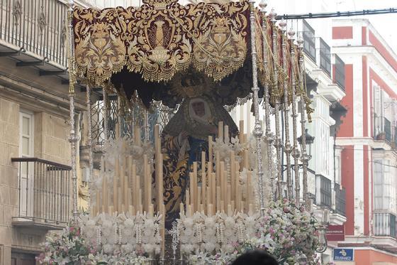 La Virgen de la Amargura, con su manto de estreno, durante la procesión./Fotos:Andrés Mora  Foto: Andres Mora