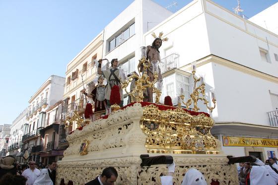 EL paso de misterio de La Flagelación, en pleno proceso de dorado, a su paso por las calles de la ciudad./Fotos:Andrés Mora  Foto: Andres Mora