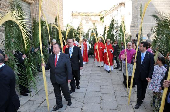 La representación cofrade y la del Cabildo Catedral desfilan por el Reducto catedralicio.  Foto: manuel aranda
