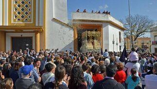La Candelaria, saliendo de Santa Ana bajo una petalada.  Foto: Manuel Aranda