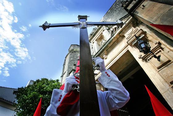 La cruz de guía de La Cena, ayer bajo el tan deseado cielo azul.  Foto: Pascual
