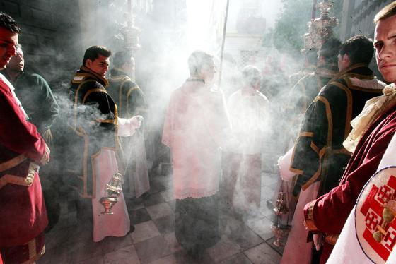 El cuerpo de acólitos de La Cena llena de aromas a incienso los primeros metros del desfile procesional.  Foto: Pascual