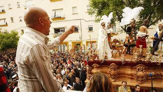 El saetero clava su cante en el misterio del Desprecio del Pueblo nada más salir de la parroquia de Fátima.  Foto: Juan Carlos Toro
