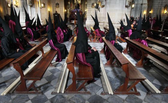 Hermanos de la Hermandad de la Viga esperan el momento de la salida en el interior de la Catedral de Jerez.  Foto: Miguel Ángel González