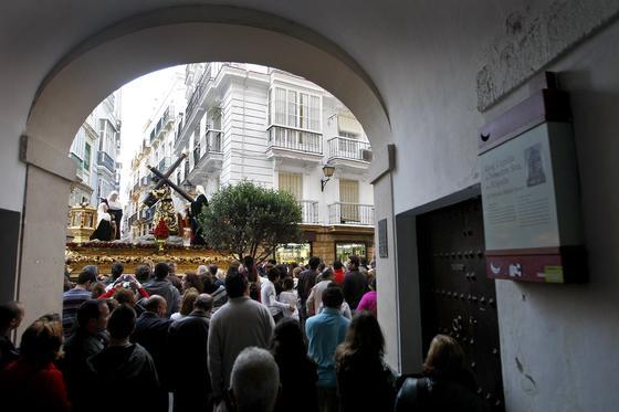 La hermandad vuelve al horario diurno en este Martes Santo en el que, pese al temor de lluvia, pudo salir a la calle   Foto: Jose Braza