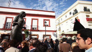 Amor y Sacrificio en La Plazuela. La Paquera parece que le cantara una saeta a la dolorosa de Madre de Dios.  Foto: Vanesa Lobo