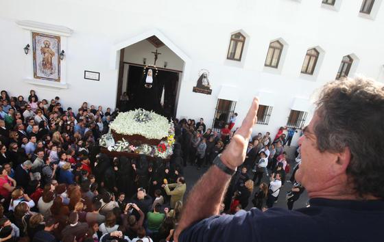 Nuestra Señora de Amor y Sacrificio recibe ayer una saeta en la puerta de la iglesia de Madre de Dios.  Foto: Vanesa Lobo