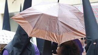 La cofradía no faltó a la cita con sus devotos pese a la amenaza de lluvia, que sí retrasó la salida algo más de una hora  Foto: Jose Braza
