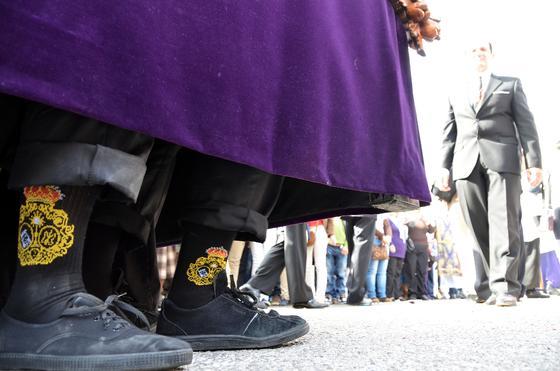 Los costaleros de la Candelaria portaron medias con el escudo de la cofradía.  Foto: Manuel Aranda