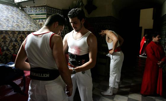 Dos costaleros se fajan en las dependencias parroquiales de San Marcos.  Foto: Pascual