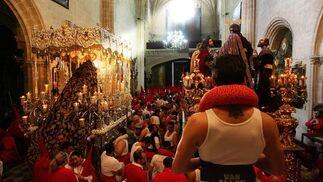 Los dos pasos de la cofradía, fotografiados instantes antes de que el cortejo comenzara a salir por la puerta de San Marcos.  Foto: Pascual