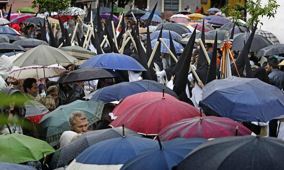 La hermandad del Caído sale pese a la amenaza de lluvia.   Foto: Julio Gonzalez