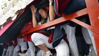 En la imagen, algunos de los afortunados costaleros que portan sobre sus hombros la venerada imagen de Nuestra Señora de la Candelaria.  Foto: Manuel Aranda