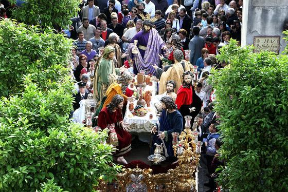 El misterio de la Sagrada Cena avanza ayer por la plaza a la que da nombre el titular de la cofradía.  Foto: Pascual