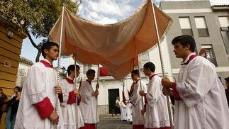 Un grupo de jóvenes acólitos sostiene un palio.  Foto: Juan Carlos Toro