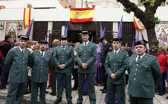Los representantes de la Guardia Civil que iban a acompañar a la Defensión posan ante la puerta principal del convento de los Padres Capuchinos en la calle Sevilla.  Foto: Juan Carlos Toro