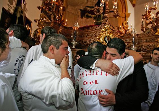 Lamentos, abrazos y sollozos en el interior de la recoleta capilla del Cristo del Amor.  Foto: Pascual