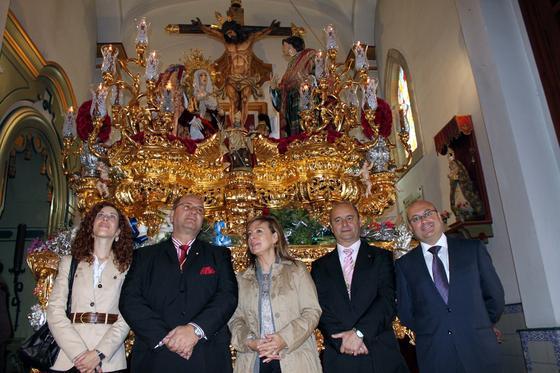 Los cofrades del Amor junto a la alcaldesa, Pilar Sánchez, y los concejales Míriam Alconchel y José M. Jiménez.