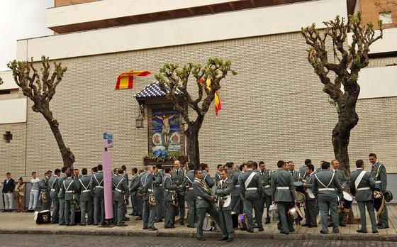 El acompañamiento musical del Santísimo Cristo de la Defensión espera en el exterior del convento de Capuchinos a que la junta de gobierno adoptara una decisión.  Foto: Juan Carlos Toro