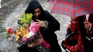 Las flores, pese a todo, acabaron ante el Señor de las Penas.  Foto: Miguel Ángel González