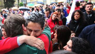 Dos jóvenes se consuelan en las inmediaciones de la parroquia de San Benito.  Foto: Vanesa Lobo
