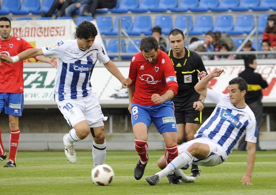 Jesús Vázquez intenta llevarse una pelota ante Nagore. / LOF