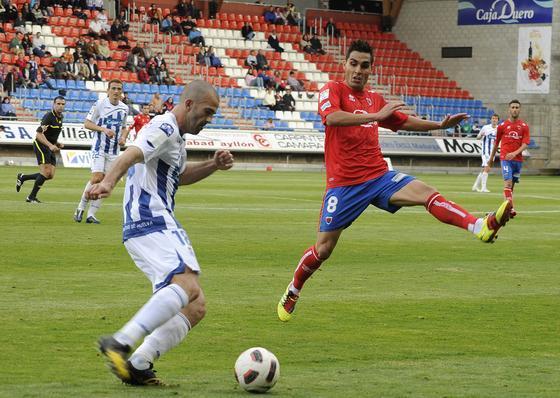 Manolo Martínez trata de desplazar un balón en largo. / LOF