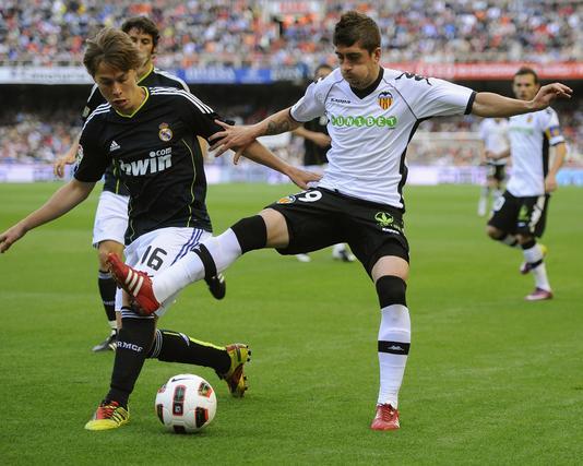 Canales lucha por un balón con Pablo Hernández. / Reuters