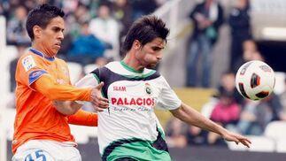 El Málaga se trae tres puntos de oro de Santander (1-2). / EFE