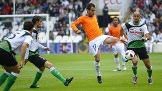 El Málaga se trae tres puntos de oro de Santander (1-2). / LOF