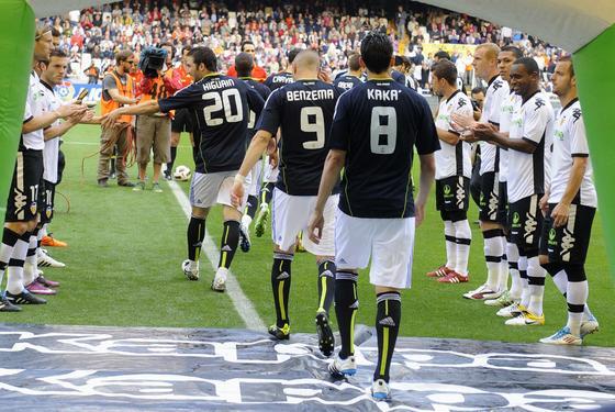 Los jugadores del Valencia hace el pasillo a los campeones de la Copa del Rey. / Reuters