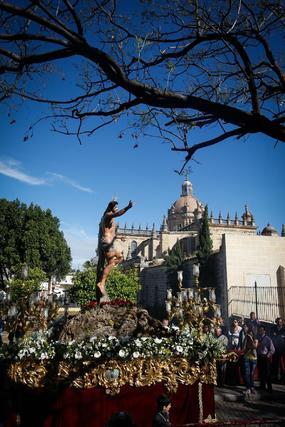 La procesión del Cristo Resucitado, bajo el sol y con mucho público, pone fin a una Semana de Pasión pasada por agua  Foto: Juan Carlos Toro