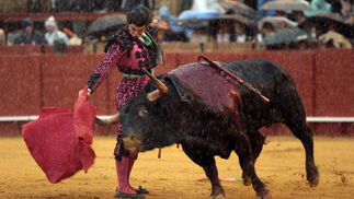 El torero Morante de la Puebla lidia el primer toro de la tarde bajo una gran tormenta.  Foto: Juan Carlos Muñoz