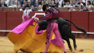 El torero Morante de la Puebla lidia el primer toro de la tarde.  Foto: Juan Carlos Muñoz