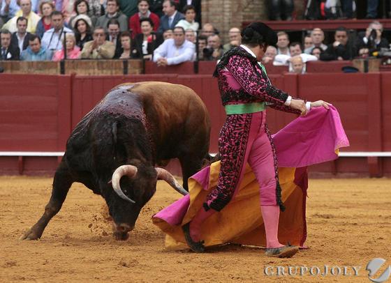 Morante torea al cuarto toro de la tarde de la primera corrida del abono de la Maestranza de la temporada 2011.