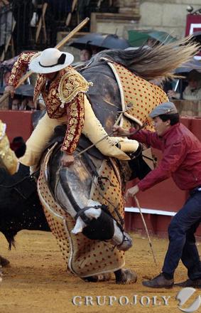 El toro embiste al caballo del picador.  Foto: Juan Carlos Muñoz