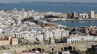 Una visita a lo alto del Pirulí ofrece una singular vista Cádiz.   Foto: Jose Braza