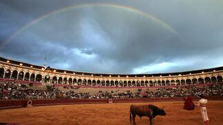 Bella estampa, con Alfonso Oliva Soto cuadrando al sexto toro, entretanto lucía el arcoiris sobre la Maestranza.  Foto: Juan Carlos Muñoz
