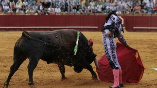 Iván Fandiño, muy firme ante su primer toro, el más peligroso del encierro.  Foto: Juan Carlos Muñoz