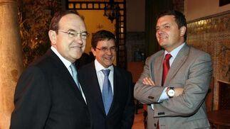 El presidente ejecutivo de BBK Bank Cajasur, José Carlos Pla, conversa con Francisco Rapún, director general adjunto, y Luis Pérez-Bustamante, director de 'El Día'.