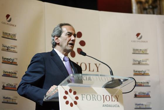 González-Páramo, durante su intervención ayer en el Foro Joly. / Reportaje gráfico: José Martínez y Álvaro Carmona