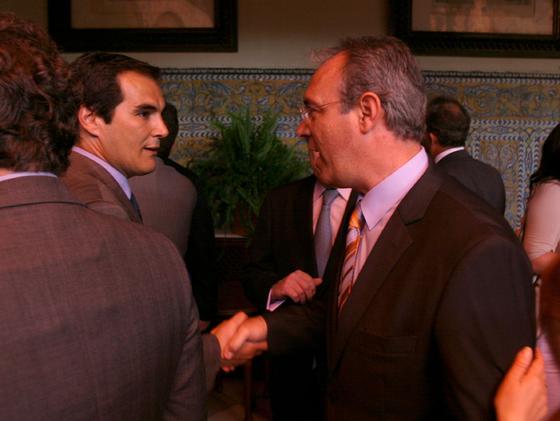 El candidato del PP, José Antonio Nieto, y el del PSOE, Juan Pablo Durán, se saludan antes del foro.